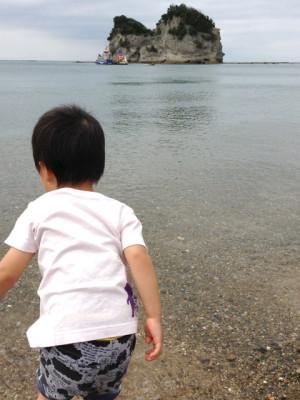 遠くに見えるのがグラスボートです